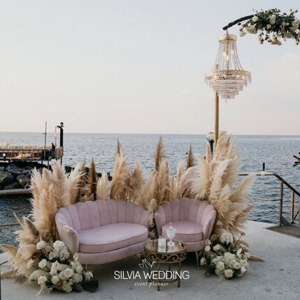 A perfect corner 🌸🌸 • • @silviaweddingplanner  Cercami dove il mare finisce🌸💖 • 📸 @laganafotografia  🌸 @flodesign_  🛋 @geg_party_service  🍸 @tanyafuture  📍 @hotel_lamadonnina  • • • • #weddingplanner #wedding #weddingday #bride #eventplanner #weddinginspiration #weddingphotography #love #weddingdress #weddings #weddingplanning #weddingdecor #babybirba #bridetobe2021 #destinationwedding #boyorgirl #isborn #weddingphotographer #matrimonio #weddinginspo #matrimonionatale #events #luxurywedding #ispirazionefesteitalia #photography #bridal #party #weddingdesign #partyplanner #bridetobe2022